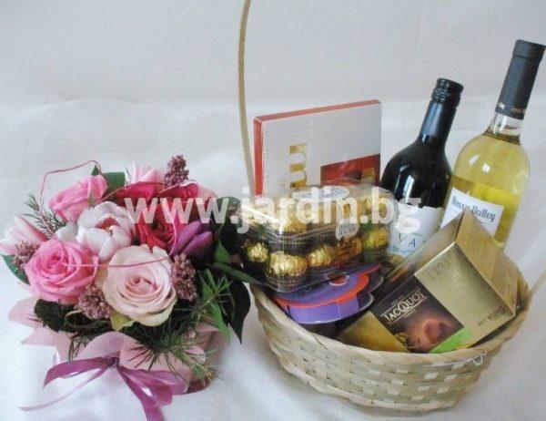 Цветя и кошница с бонбони и вино