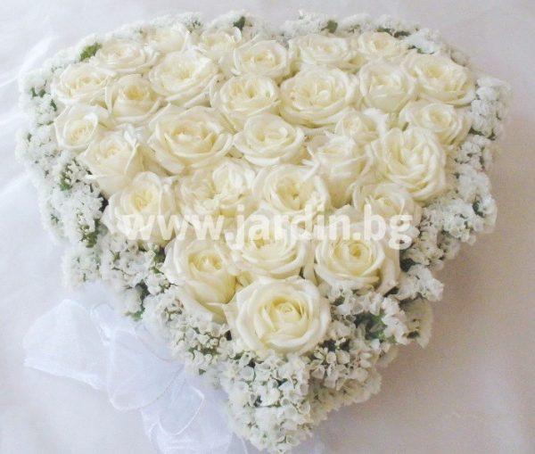 сърце с бели рози