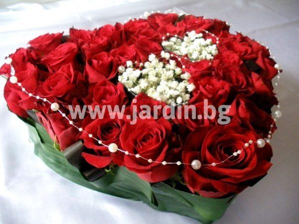 сърце с червени рози