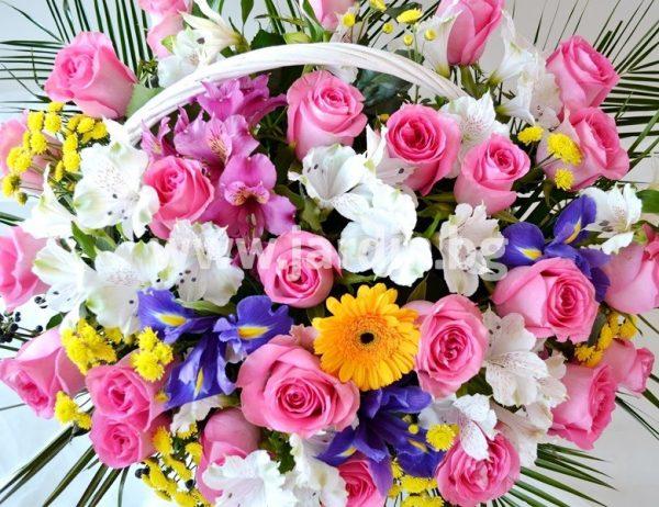 кошница с розови рози
