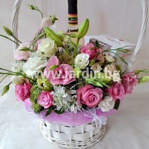 романтична кошница с цветя, вино и бонбони