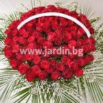 Кошница с червени рози