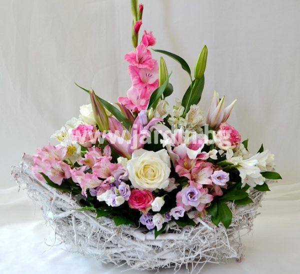 Arrangement Boat with flowers