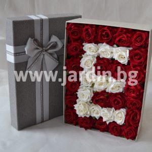 Кутия с рози, буква от рози